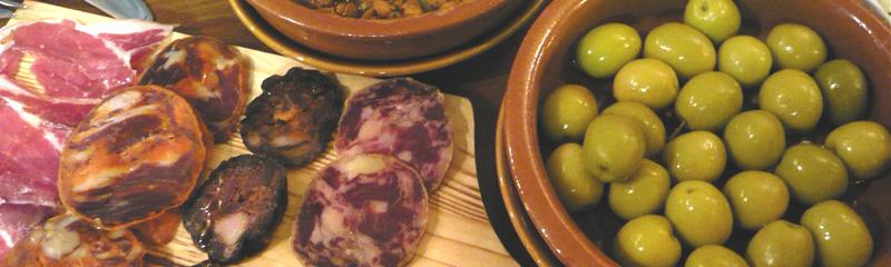 Tapas de olivas y embutidos
